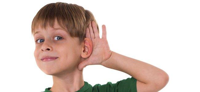 Niño escucha