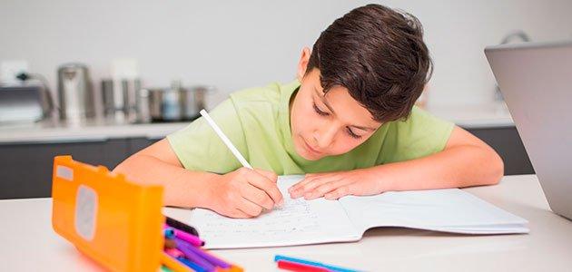 nino-estudia-mesa-deberes-p.jpg