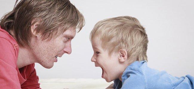 Niño grita a su padre