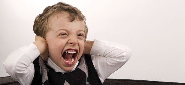 Niño grita