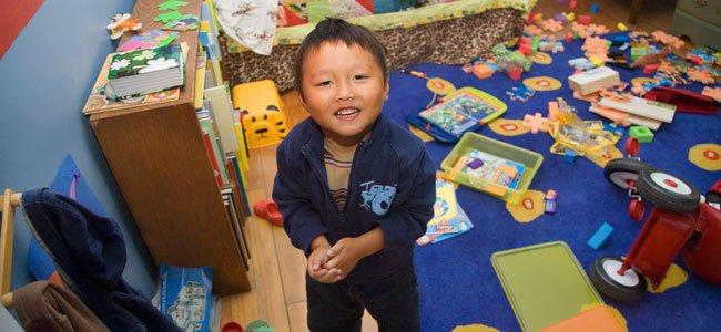 Niño con habitación desordenada
