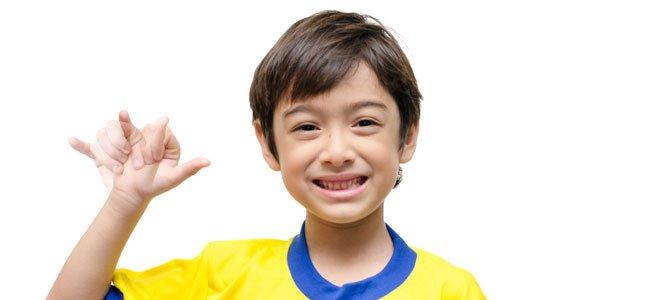 Niño hace lengua de signos