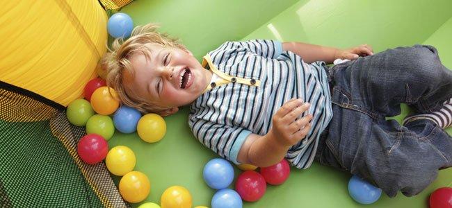 Niño rie jugando