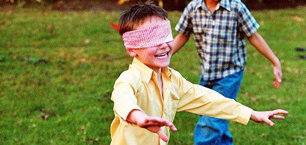 Niño juega a gallinita ciega