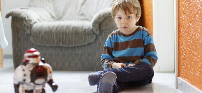 Niño juega con robot