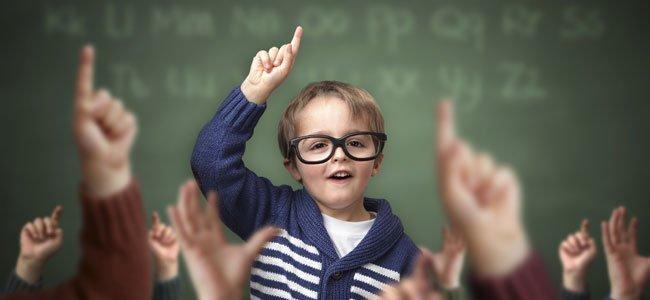 Niño levanta mano en clase