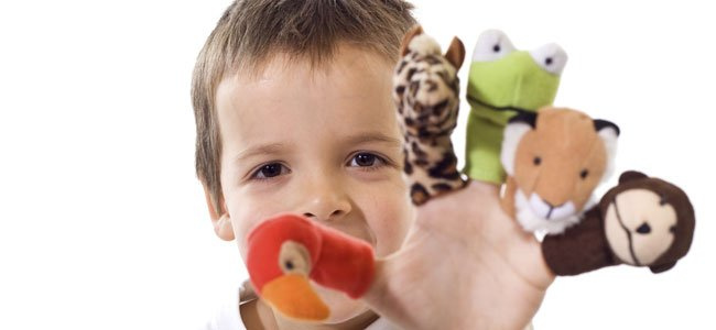 Niños con marionetas de dedo