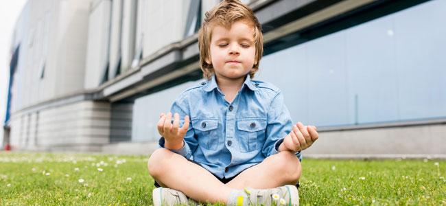 Niño medita