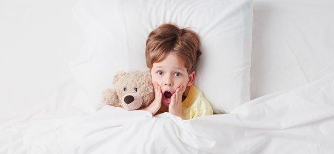 Niño tiene miedo en la cama