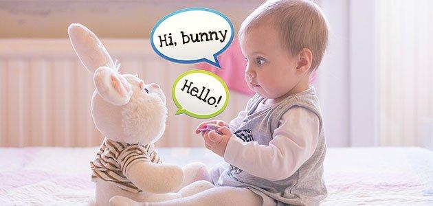 Bebé habla con su peluche