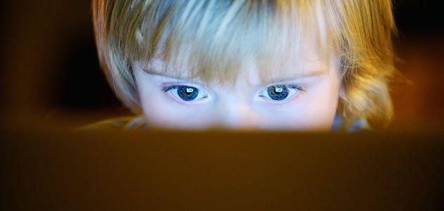 Niño mira internet