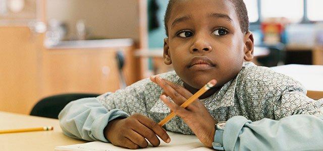 Niño pensativo en clase