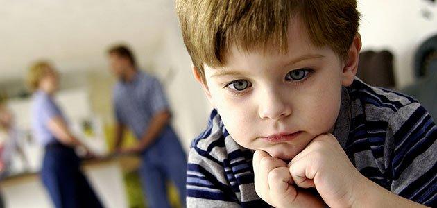 Niño pensativo triste