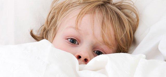 Niño en la cama con pesadillas