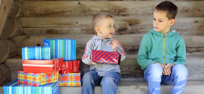 Niño chincha a otro enseñando un regalo