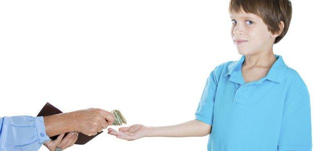 Niño recibe dinero