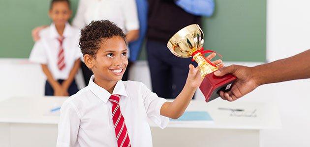 Niño recibe trofeo