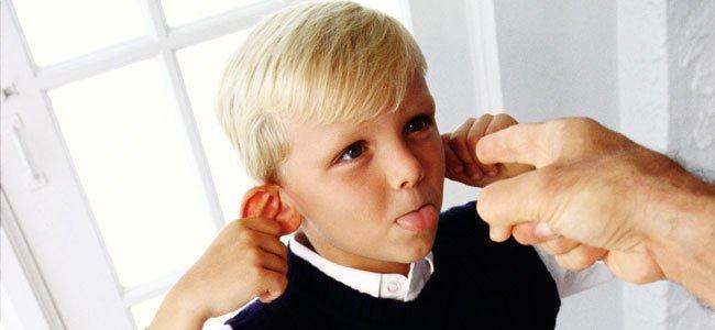Niño rebelde saca la lengua