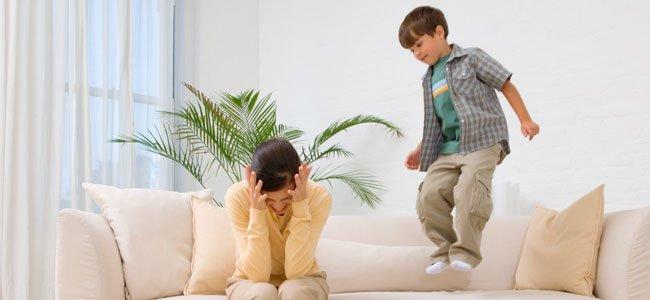 Niño que salta en el sofá