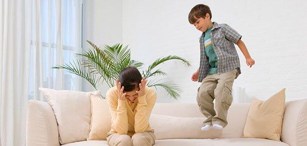 Niño salta en sofá