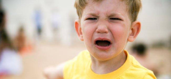 Niño enfadado llora