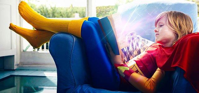 Niño lee en sofá
