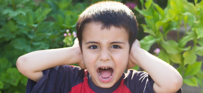 Niño se tapa oidos