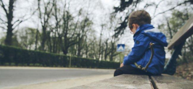 Niño sentado en banco