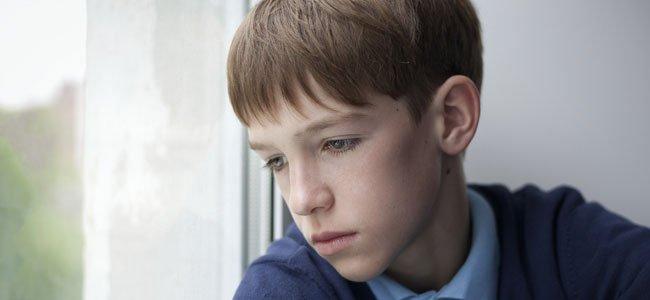 Niño mira por la ventana