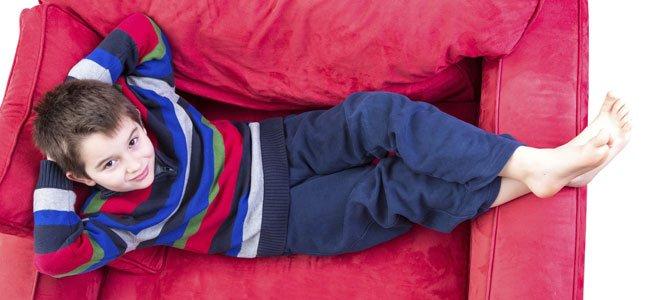 Niño tumbado en el sillón