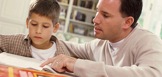 padre con hijo haciendo deberes