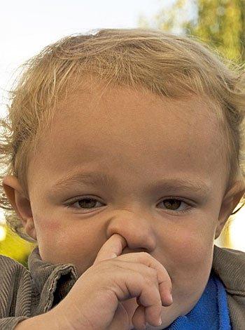 Mal hábito de los niños de hurgarse la nariz