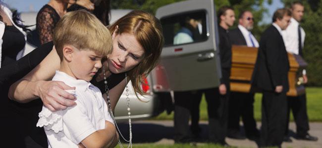 ¿Hay que llevar a los niños al funeral y entierro de un ser querido?