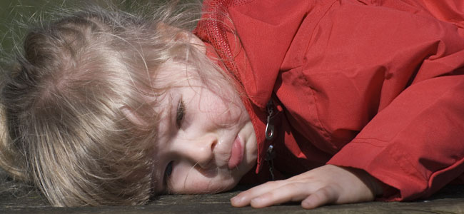 Niños que se golpean la cabeza contra el suelo en una rabieta