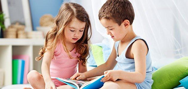 Niños leen en la cama