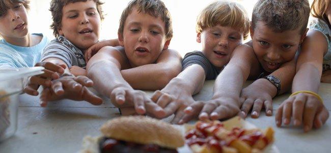 Niños quieren coger comida
