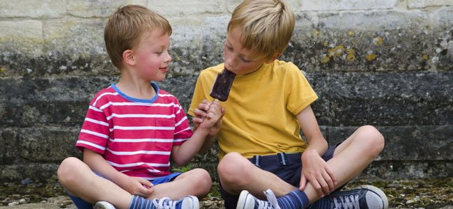 NIño comparte helado
