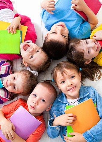 Niños con carpetas