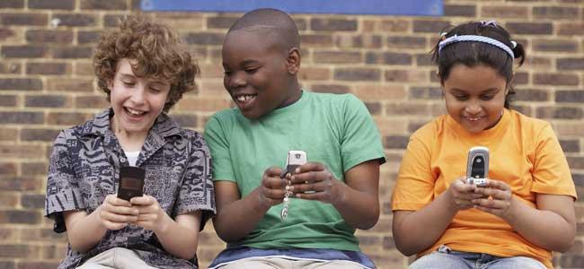 Niños con móvil