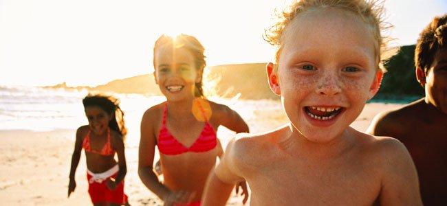 Niños corren felices
