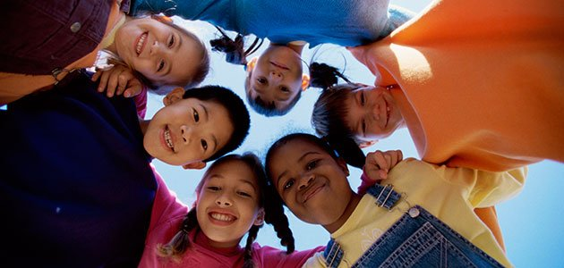 Niños unidos en corro