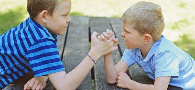 Niños echan un pulso