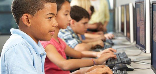 Niños en clase de internet
