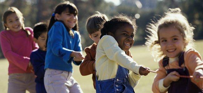 Niños juegan en equipo