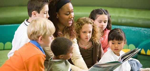 Profesora lee a sus alumnos
