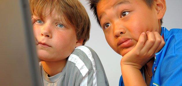 Niños miran ordenador