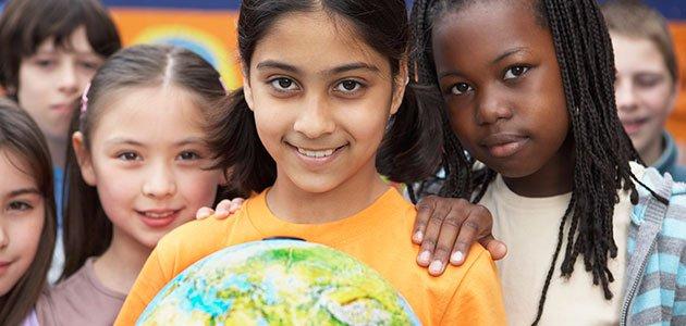 Niños con la bola del mundo