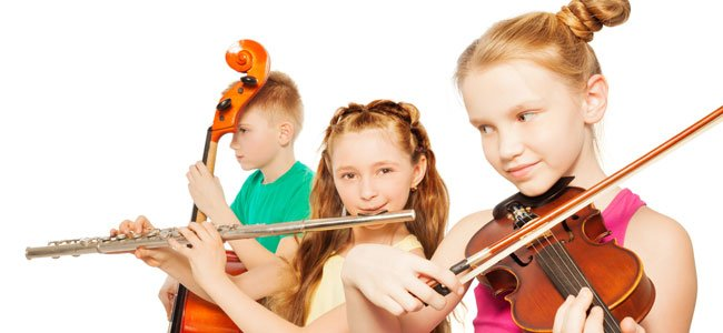 Niños tocan instrumentos