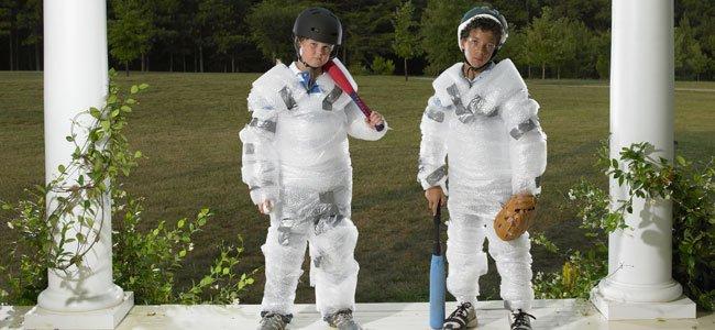 Niños con papel de burbujas