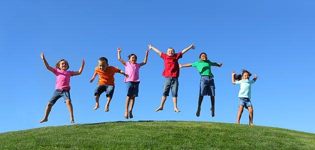Niños saltan